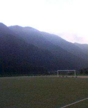 夕立ちの後の山はむらさき